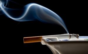 Πώς θα διώξετε τη μυρωδιά του τσιγάρου από το σπίτι σας