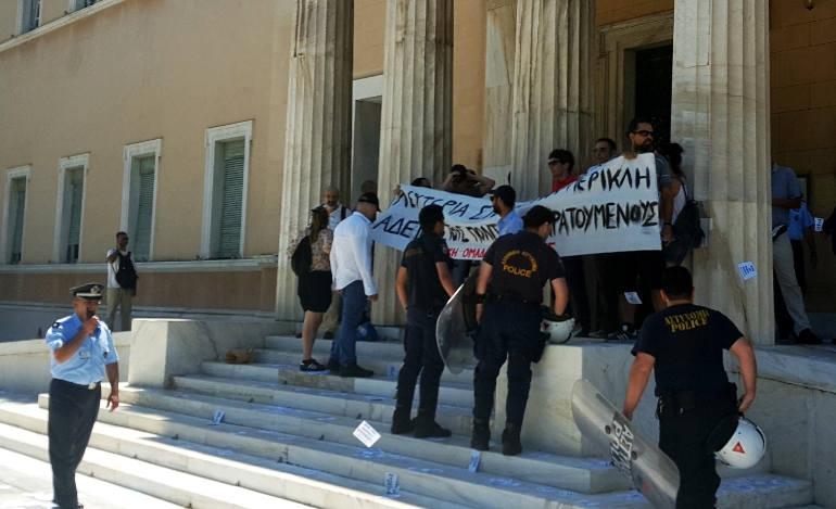 Εισβολή του «Ρουβίκωνα» στον προαύλιο χώρο της Βουλής