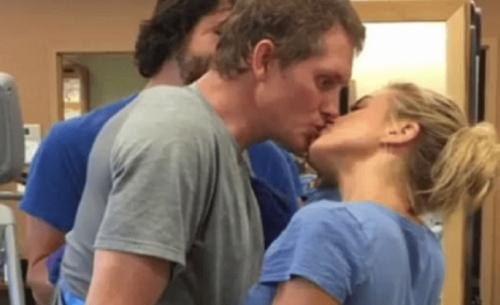 To viral φιλί που συγκινεί