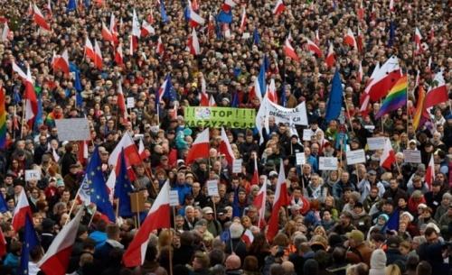 Η αναταραχή στην Πολωνία ανησυχεί την Ευρωπαϊκή Ένωση