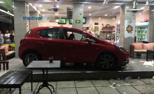 Αυτοκίνητο μπήκε μέσα σε καφετέρια στη Θεσσαλονίκη, τέσσερις τραυματίες (ΒΙΝΤΕΟ)