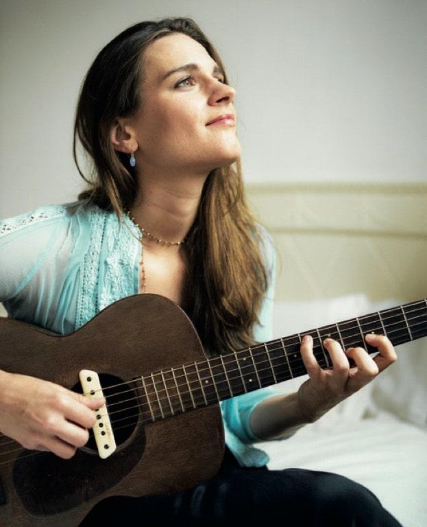 4601d3412faa Τον Μάρτιο του 2013 κυκλοφορεί το έβδομο άλμπουμ της με τίτλο «Blue Room».  Σε αυτό η Madeleine Peyroux διασκευάζει τραγούδια του Ray Charles από το  άλμπουμ ...