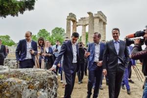 Στον αρχαιολογικό χώρο της Νεμέας Μητσοτάκης και Βέμπερ