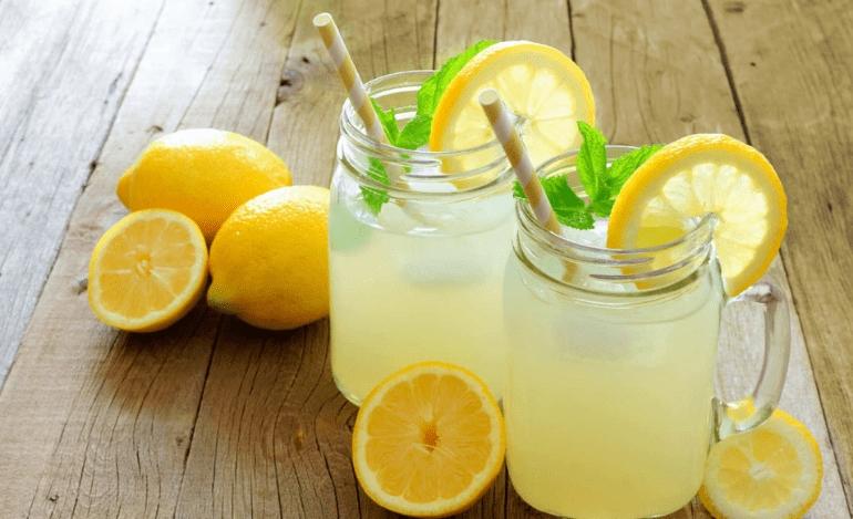Σπιτική λεμονάδα με άρωμα ανθόνερο