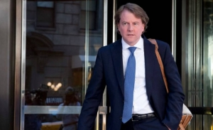 O δικηγόρος του Λευκού Οίκου συνεργάζεται στην έρευνα για τη ρωσική ανάμειξη