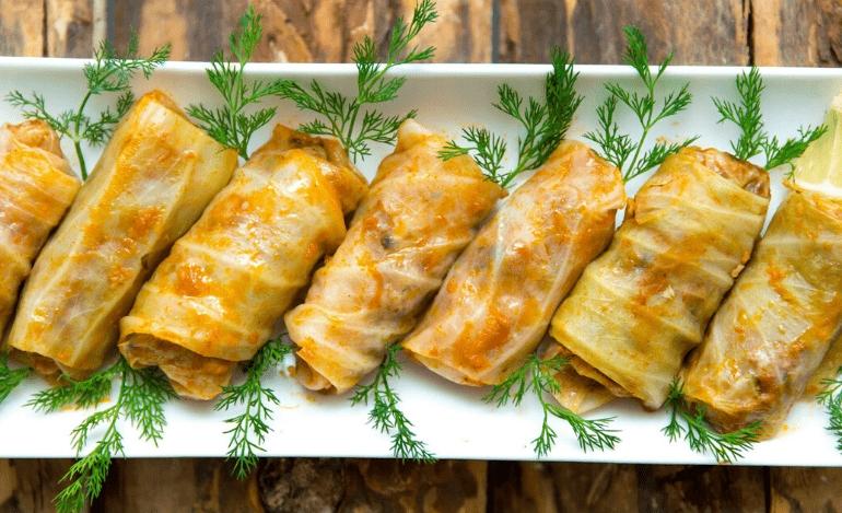 Λαχανοντολμάδες γιαλαντζί με σάλτσα πετιμέζι ροδιού και καφέ