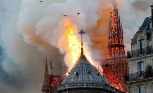 Το νερό έσβησε τη φωτιά αλλά τώρα απειλεί την Παναγία των Παρισίων