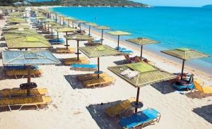 Καφέδες και χυμοί χωρίς μουσική στις παραλίες