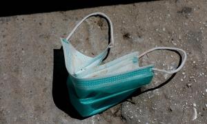 Πρόβλημα και στην Ιταλία οι πεταμένες μάσκες