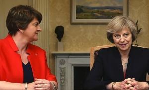 Οι βορειοϊρλανδοί του DUP απαιτούν να φύγει η Μέι για να μείνουν στην πλειοψηφία
