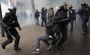 Μάχες αστυνομίας με τους διαδηλωτές κατά των μεταρρυθμίσεων Μακρόν