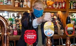 O κορωνοϊός κλείνει και τις βρετανικές pub νωρίτερα