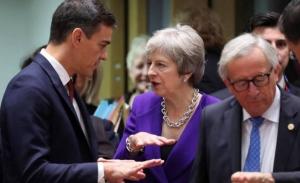 Η Μέι στις συμπληγάδες του Brexit