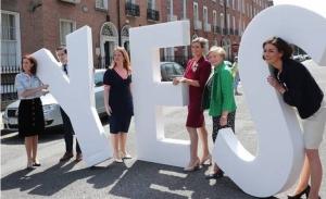 Οι Ιρλανδοί δέχτηκαν τη διεύρυνση του δικαιώματος στην άμβλβωση
