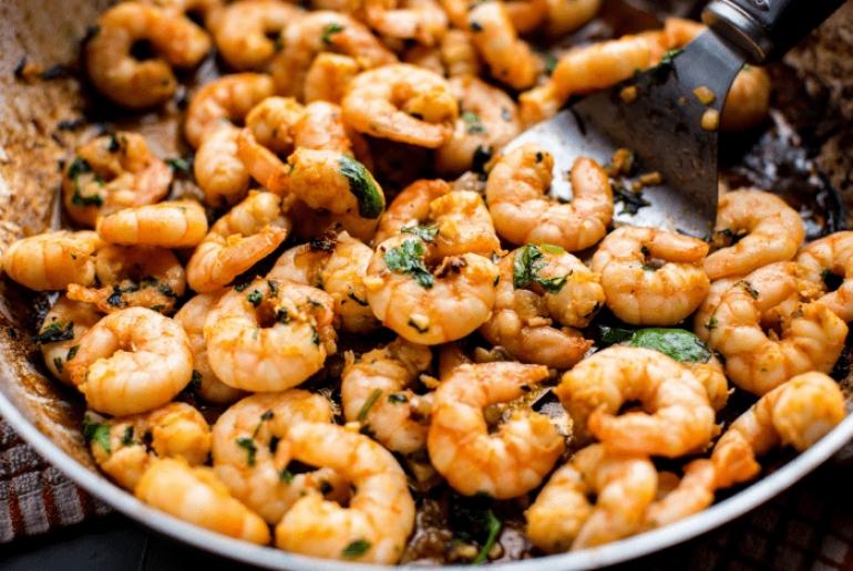 Γαρίδες με κόλιαντρο και σάλτσα δυόσμο: εύκολο, γρήγορο, νόστιμο και εντυπωσιακό