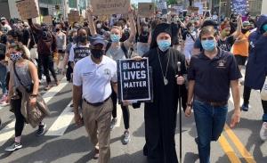 Ο Ελπιδοφόρος στην πορεία διαμαρτυρίας για τη δολοφονία του Φλόυντ