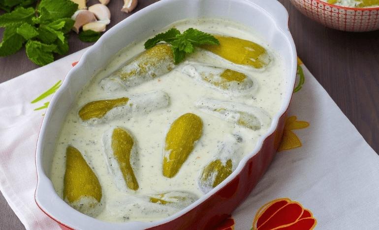 Κολοκύθια γεμιστά με σάλτσα γιαουρτιού