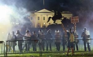 Διαδηλώσεις στην Ουάσιγκτον, ταραχές στη Ν.Υόρκη, δυσκολίες Τραμπ με τον στρατό