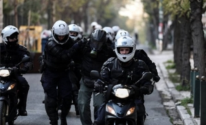 Στη δικαιοσύνη ο αποσπασμένος στον ΣΥΡΙΖΑ αστυνομικός που απέτρεψε τη σύλληψη κουκουλοφόρου