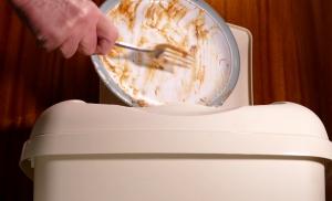 Σοκ: Στα σκουπίδια 150.000 τόνοι φαγητού κάθε μέρα