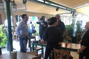 Με εστιάτορες στην Καισαριανή ο Τσίπρας - Ανακάλυψε αυτούς που καταδίκασε ως πρωθυπουργός, απάντα η ΝΔ