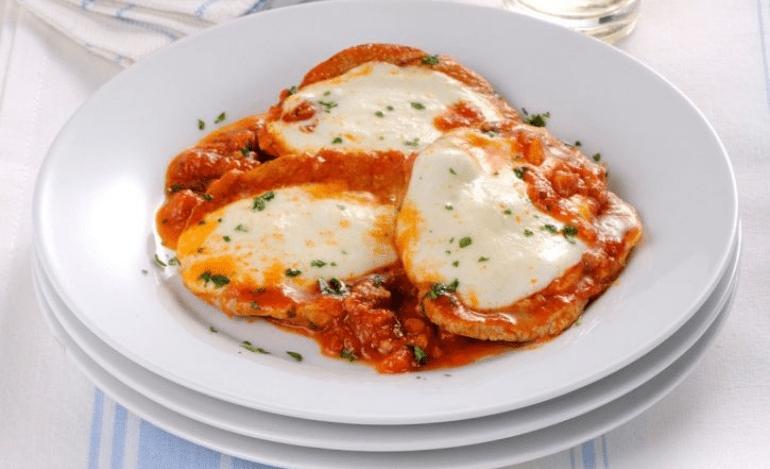 Σκαλοπίνια με σάλτσα ντομάτας και φρέσκια μοτσαρέλα