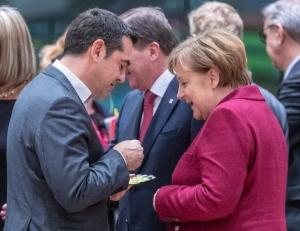 Handelsblatt: Ο Τσίπρας εντείνει την πίεση στην Μέρκελ για τις γερμανικές αποζημιώσεις