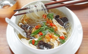 Chicken Noodle Soup (ασιατική κοτόσουπα): Η απόλυτη detox συνταγή μετά τις γιορτές