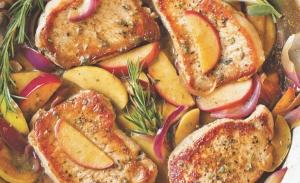 Χοιρινές μπριζόλες με μήλο και πορτοκάλι