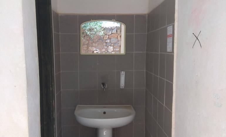 Προστασία των αρχαιοτήτων με το WC για τους επισκέπτες στους Δελφούς κλειδωμένο...
