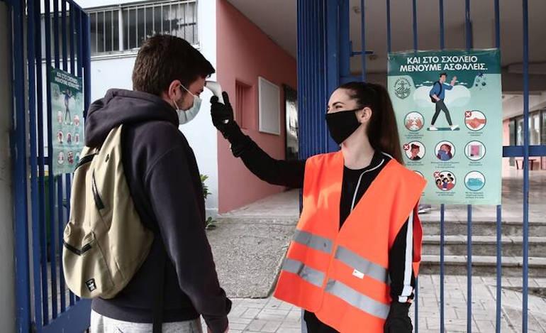 Δίχτυ προστασίας στους εκπαιδευτικούς που μηνύονται από αρνητές ενεργοποιεί η κυβέρνηση