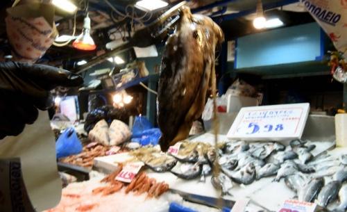 Μέχρι το μεσημέρι ανοιχτά ψαράδικα, φούρνοι και λαϊκές