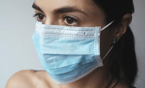 Maskne: Η φλεγμονή των ημερών λόγω της πολύωρης χρήσης μάσκας
