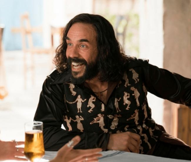 Ο Πάνος Μουζουράκης παίζει στο Mamma Mia με την Cher
