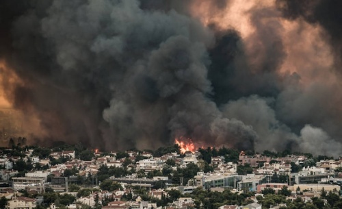H πυρκαγιά στην Βαρυπόμπη δημιούργησε τον δικό της καιρό!