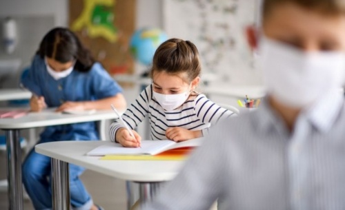 Θα ζήσουμε με τον ιό ή μετά τον ιό;