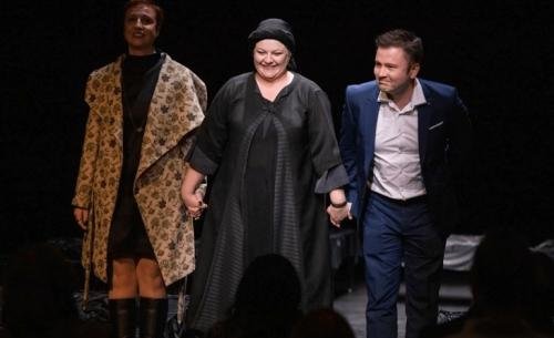 Η Κυρα της Ρω: H παράσταση της Κατερίνας Μπερδέκα έριξε αυλαία στο Λος Άντζελες