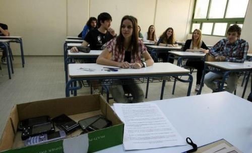 Το υπουργείο Παιδείας απαγορεύει στους μαθητές τη χρήση κινητών τηλεφώνων εντός σχολείου