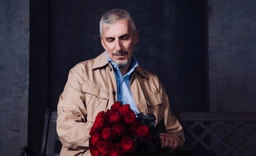 Είδαμε την παράσταση «Ο άνθρωπος με το λουλούδι στο στόμα», στο Θέατρο Altera Pars.