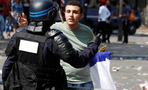 Δύο νεκροί και επεισόδια με τραυματίες στους γαλλικούς πανηγυρισμούς